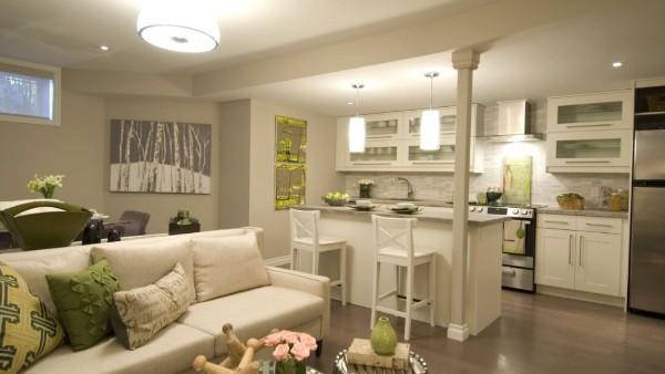 колонна в интерьере гостиной объединённой с кухней с островом