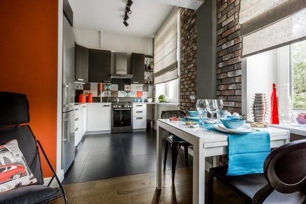 контрастное напольное покрытие в дизайне гостиной обьединённой с кухней
