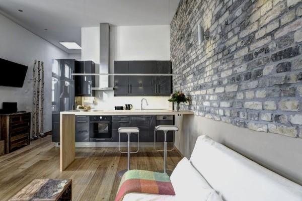 лофтовский интерьер гостиной объединённой с кухней