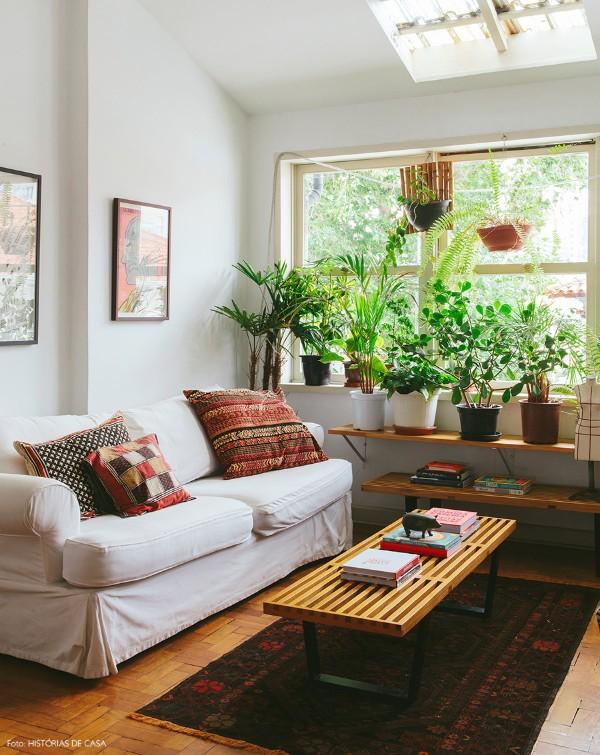 оформление интерьера современной гостиной растения у окна