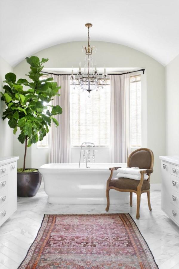 оформление интерьера современной ванной комнаты крупное растение