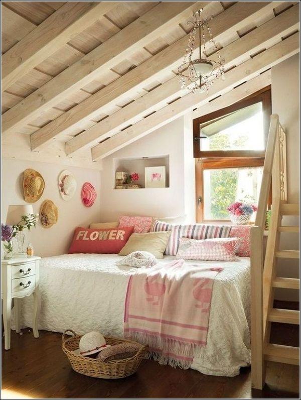 подушки в мансардной спальне