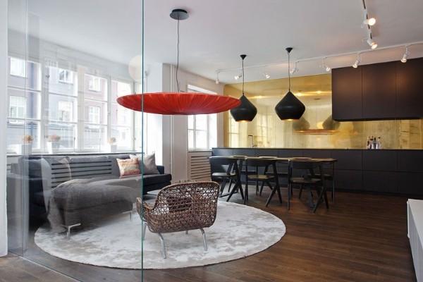 просторный дизайн гостиной объединённой кухней с темным полом