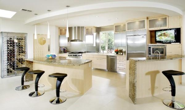 роскошный светлый современный дизайн интерьера гостиной с кухней