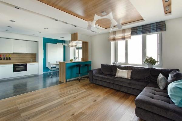 сочетание синего и цвета дерева в гостиной объединённой с кухней