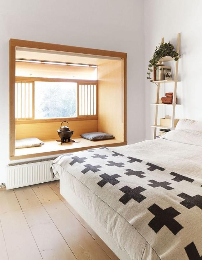 спальня с большим окном в японском стиле