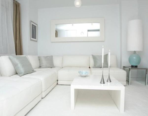белый интерьер гостиной где мало света
