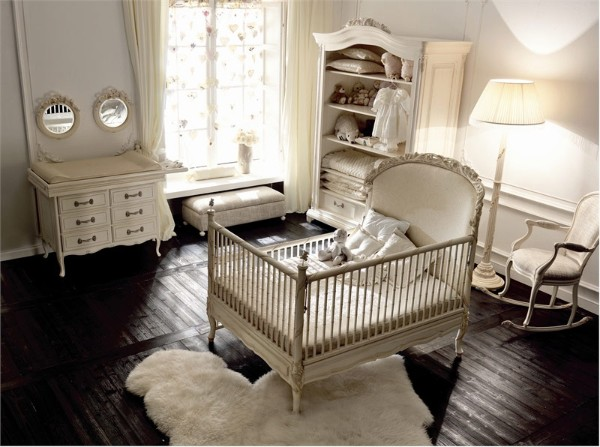 белый пушистый ковёр неправильной формы в дизайне детской