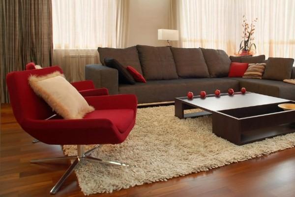 бежевый ковёр на полу в стильной гостиной