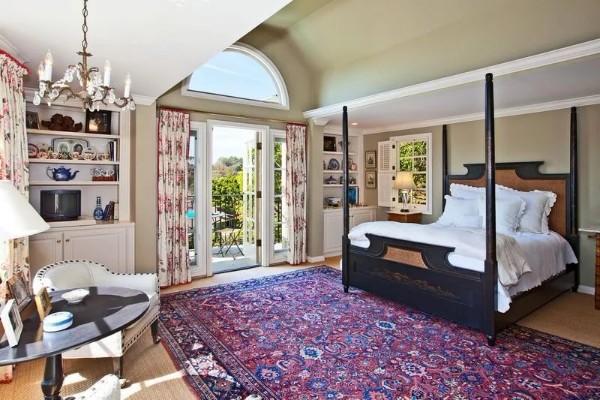 большой ковёр на полу в просторной спальне