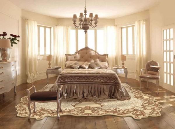 дорогой ковёр на полу в спальне с эркером
