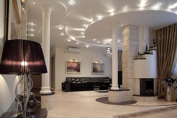 интересный дизайн с колоннами в гостиной где мало света