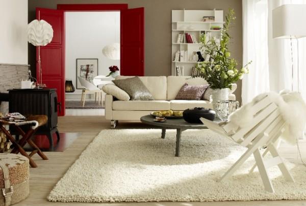 интерьер гостиной с ковром молочного цвета на полу