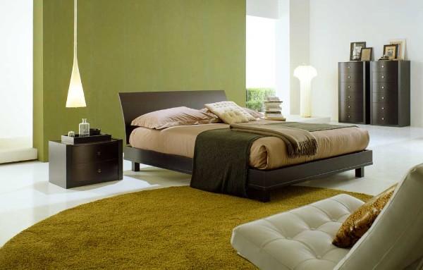 ковёр горчичного цвета на полу большой спальни