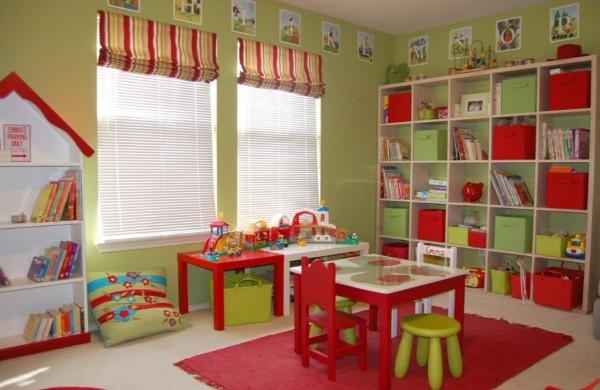 красный ковёр на полу в детской с ярким интерьером