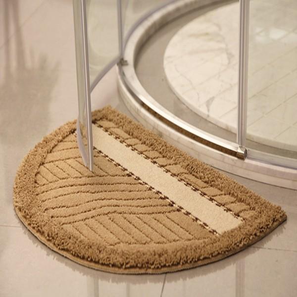 маленький коврик на полу ванной