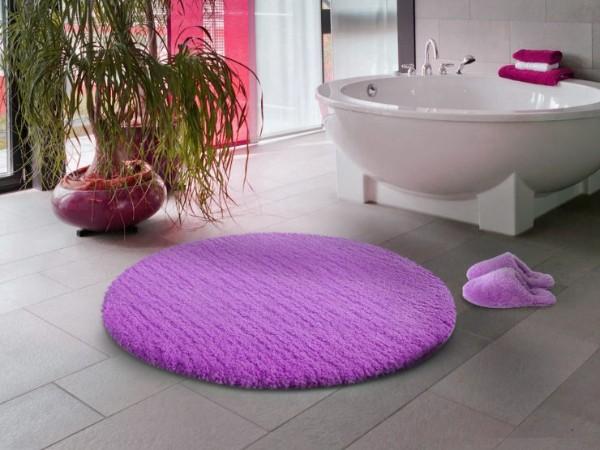 милый лиловый коврик на полу в ванной