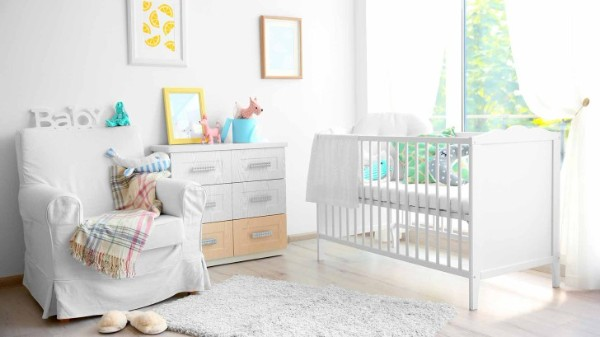 небольшой белый ковёр в детской для новорождённого