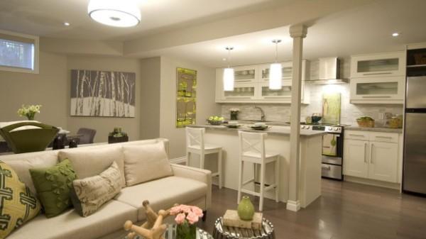 оригинальный дизайн гостиной студии в светлых тонах где мало света
