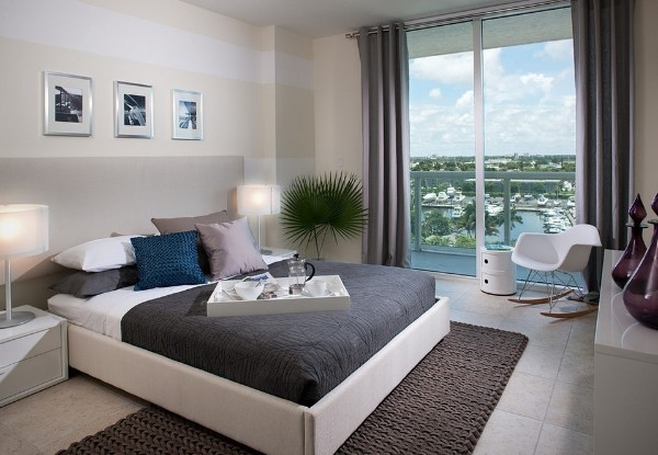серо-коричневый ковёр на полу спальни
