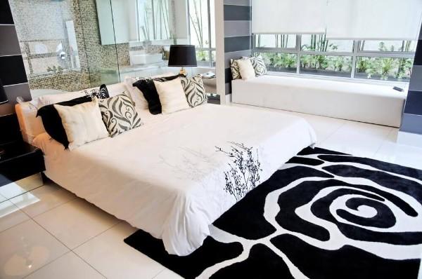 стильный чёрно-белый ковёр на полу в спальне