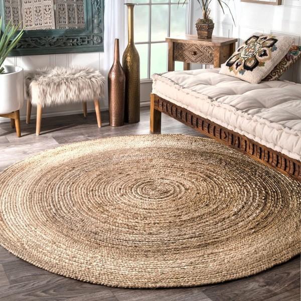 стильный ковёр из рогожки на полу в гостиной