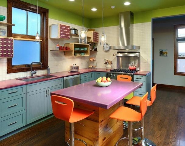 яркая барная стойка на кухне