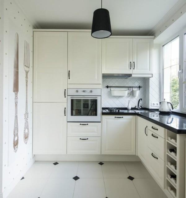 белая маленькая угловая кухня для маленькой кухни со встроенной техникой