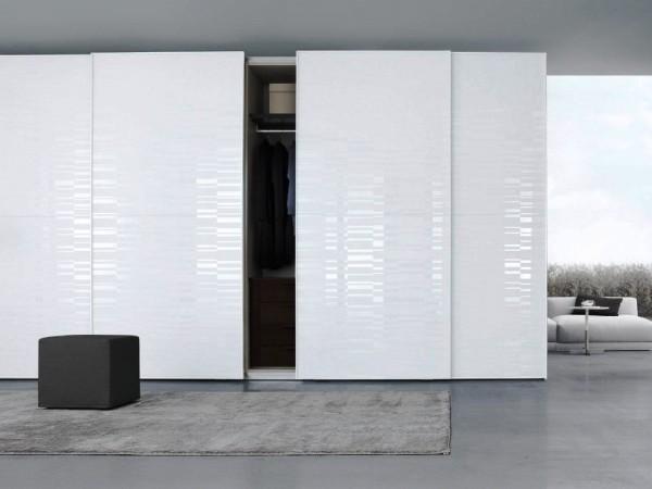 белый шкаф купе в гостиную с интересной фактурой на фасаде