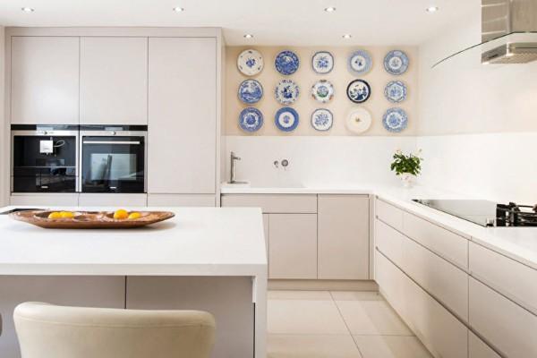 белый угловой кухонный гарнитур для кухни в стиле минимализм