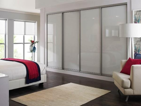 большой белый глянцевый шкаф купе в гостиную