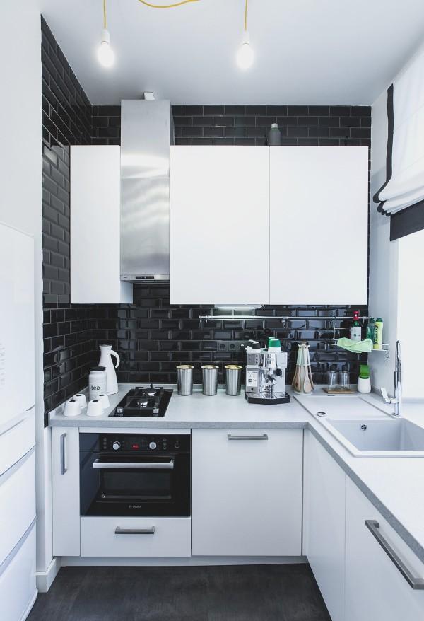 чёрно-белая стильная угловая кухня для маленькой кухни фото