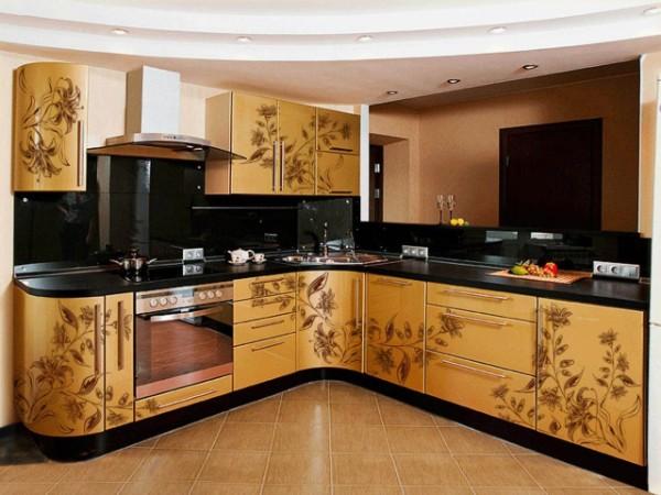 чёрно-горчичная модель углового кухонного гарнитура для маленькой кухни