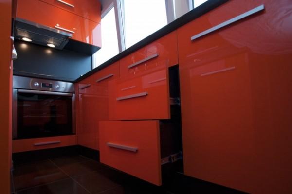 дизайн балкона маленького размера кухня красного цвета