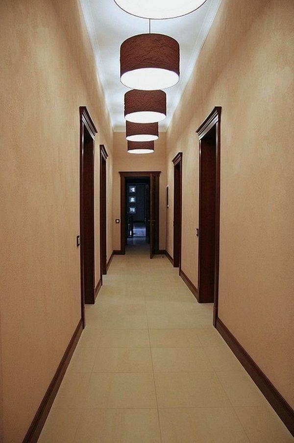 дизайн длинного узкого коридора в трёхкомнатной квартире
