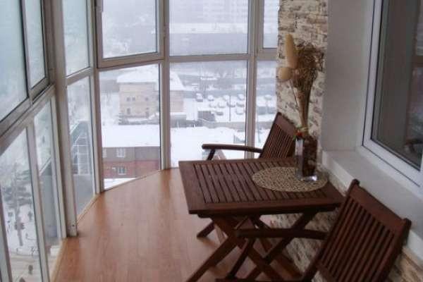 дизайн маленького углового балкона с панорамным остекленением