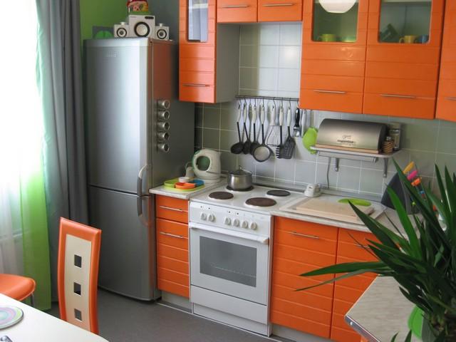 дизайн маленького яркого кухонного гарнитура