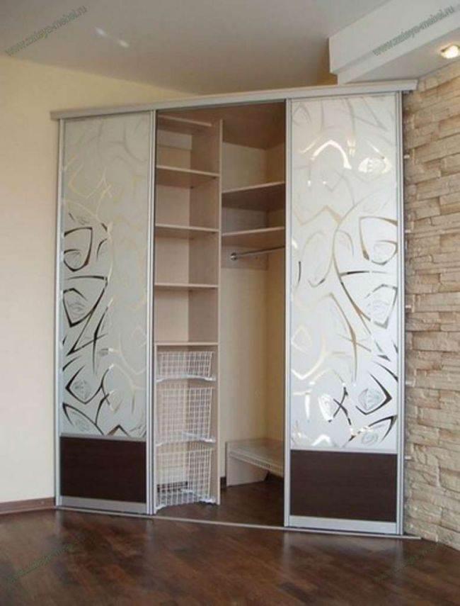дизайн угловых шкафов купе в гостиных красивая мебель