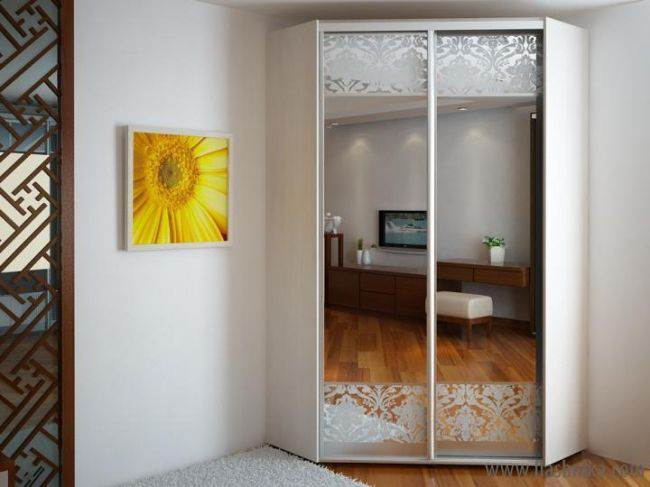 дизайн угловых шкафов купе в гостиных примеры на фото