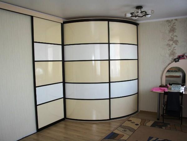 эффектный радиусный шкаф купе с горизонтальными полосами