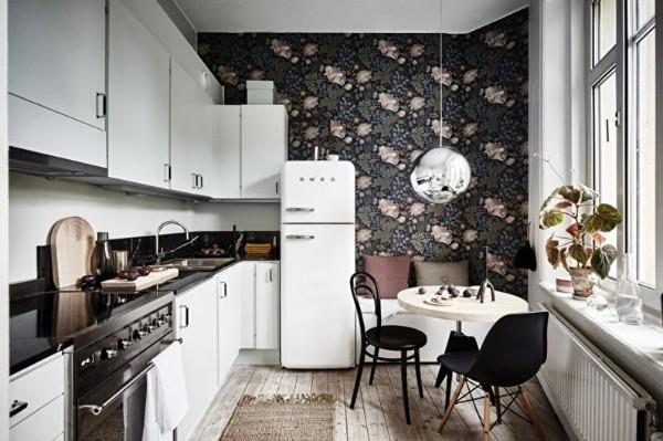 фасад кухни белого цвета на фоне тёмных обоев