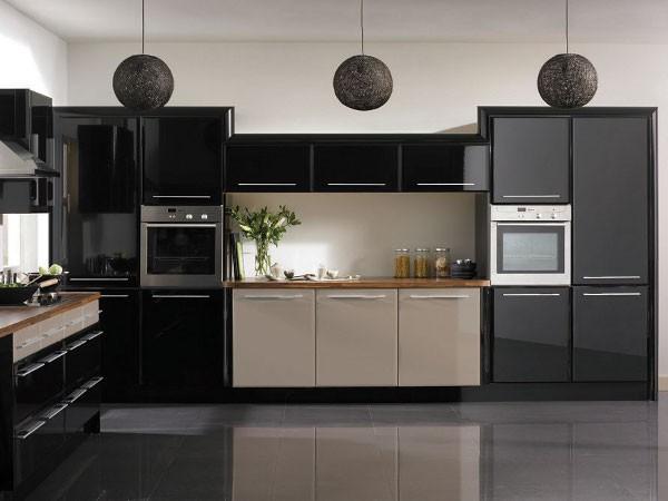 фасад кухни чёрного цвета с бежевыми