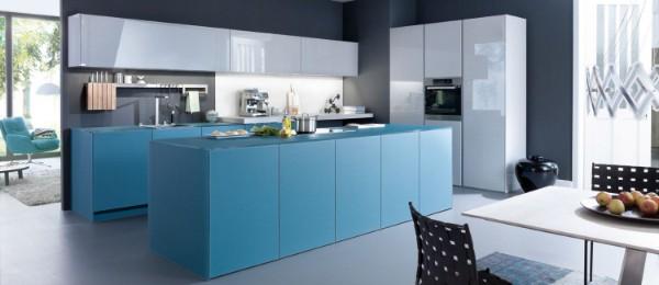 фасад кухни голубого цвета с белым