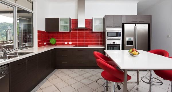 фасад кухни коричневого цвета красные акценты в интерьере