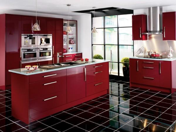фасад кухни красного цвета чёрная плитка на полу