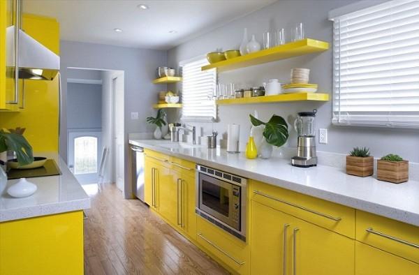 фасад кухни с открытыми полками жёлтого цвета