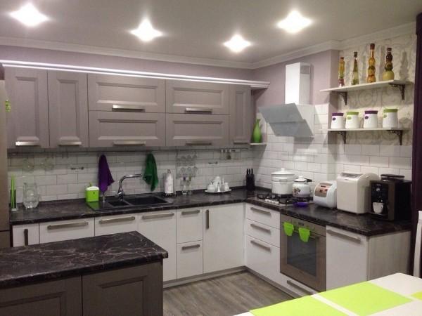 фото угловой кухонный гарнитур для кухни светлый низ тёмный верх