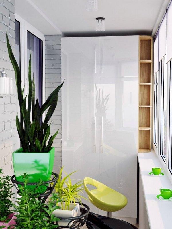 интерьер маленького балкона со шкафом