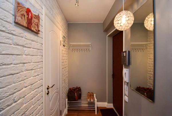 кирпичная стена в дизайне коридора в квартире