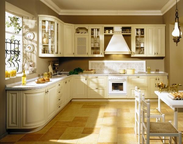 классический угловой кухонный гарнитур для кухни кремового цвета